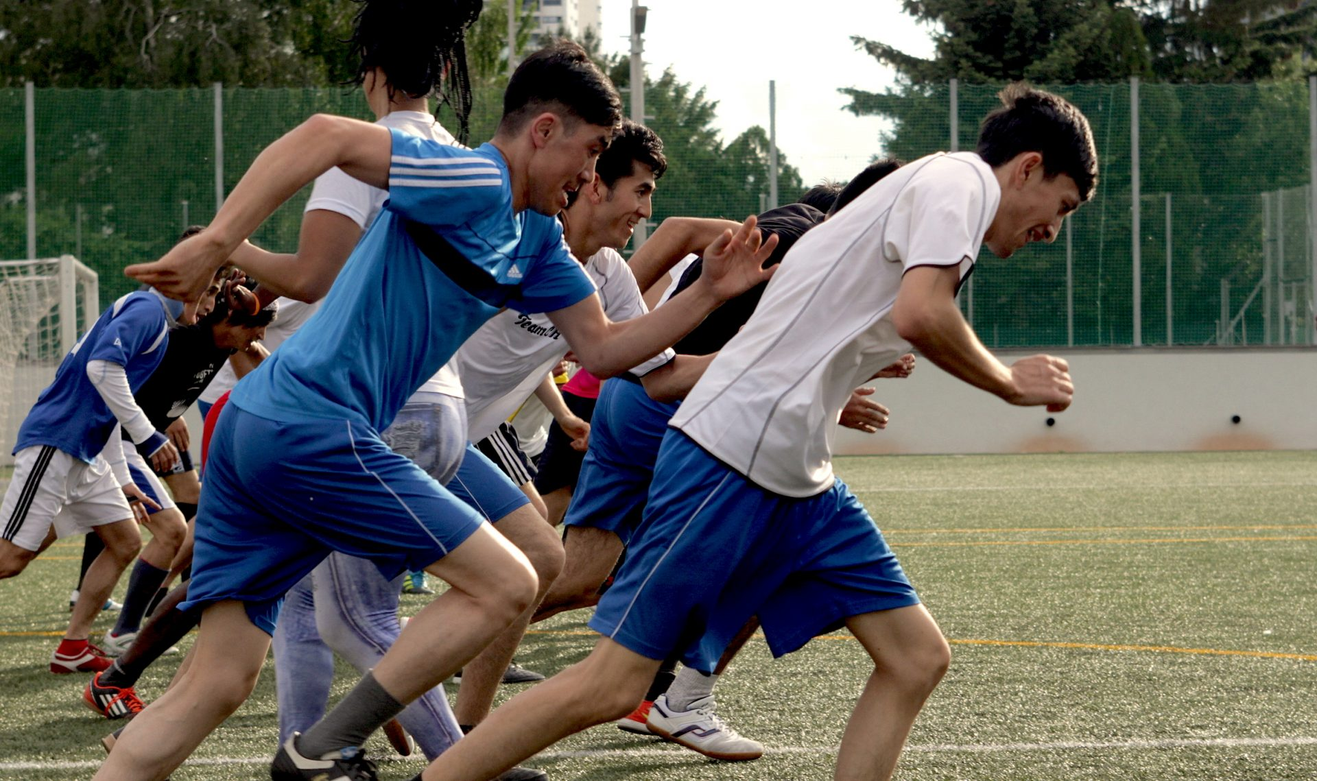 Jugendliche laufen am Fußballplatz