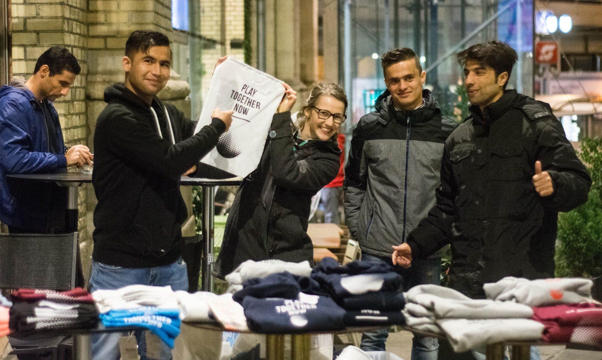 Represent Jugendliche verkaufen T-Shirts mit Logo